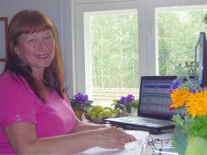 Kuuomena Oy:n taloushallinnon asiantuntija Merja Kokkonen työpöytänsä ääressä